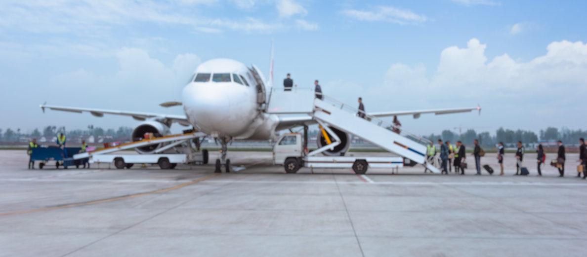 aviao embarcando passageiros